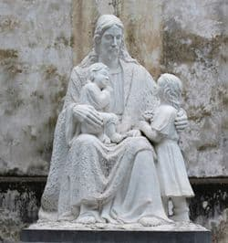 Sculpture of Jesus surrounded by children.